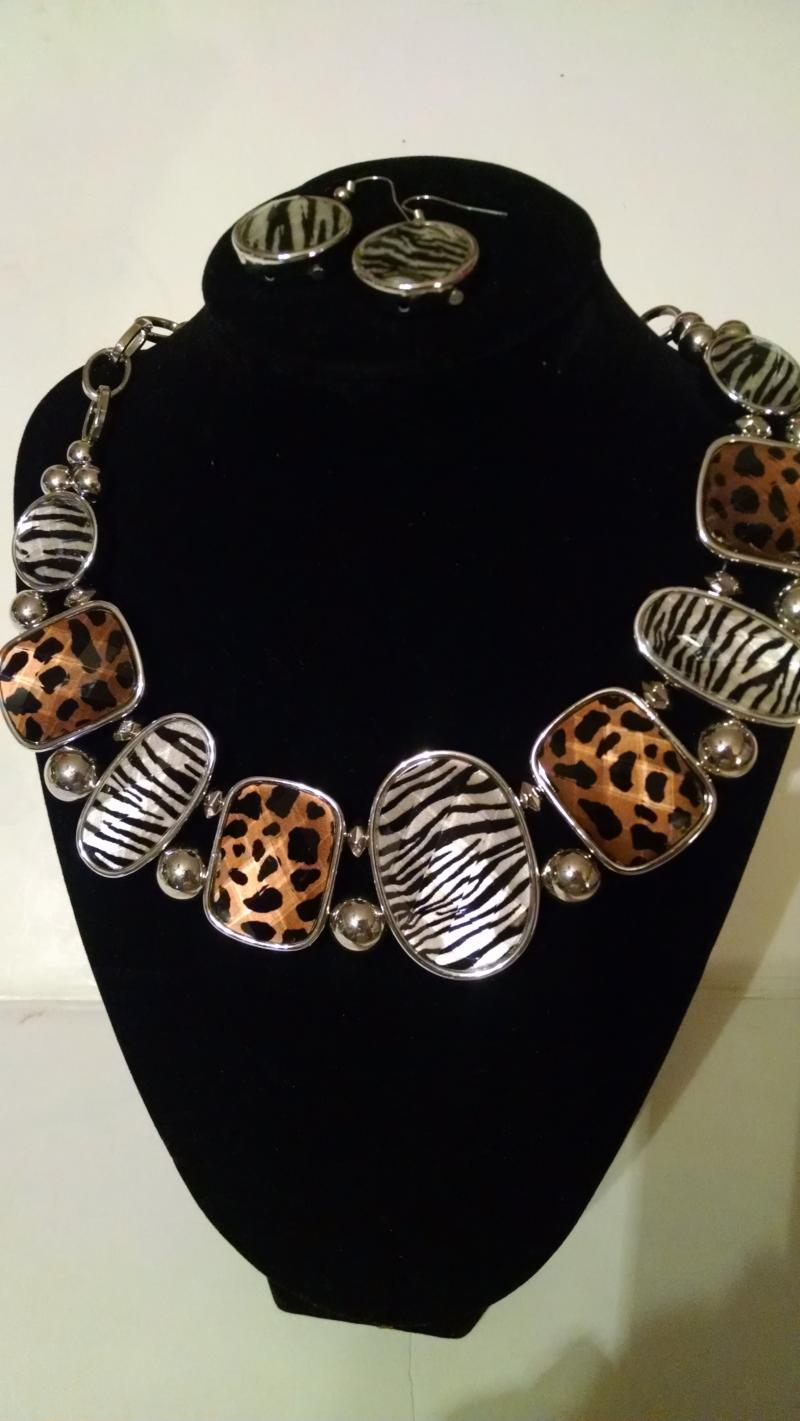 Animal print necklace and pierced earrings